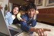 亲子关系0044,亲子关系,亲子教育,一台笔记本 用手指