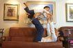 亲子关系0047,亲子关系,亲子教育,沙发上玩闹