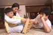 亲子关系0056,亲子关系,亲子教育,三口之家 假日 一起玩游戏