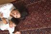 亲子关系0057,亲子关系,亲子教育,在家 地毯 躺在地上