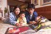 亲子关系0058,亲子关系,亲子教育,关爱孩子 交流时间 看画报