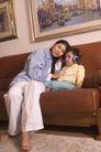 亲子关系0067,亲子关系,亲子教育,沙发 母子 音乐