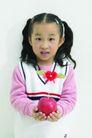 儿童广告0178,儿童广告,亲子教育,秀气的小姑娘 手捧红苹果 扎小辫
