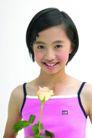 儿童广告0180,儿童广告,亲子教育,齐耳短发 吊带背心 手拿一支鲜花