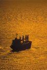 深海船舶0073,深海船舶,交通,黄昏 海面 红光