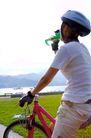 亲子休闲脚踏车0057,亲子休闲脚踏车,休闲,短袖T恤 喝水 红自行车