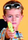 欢乐儿童0054,欢乐儿童,儿童,条纹衫 玩具枪 瞄准