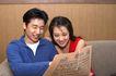 两人生活0052,两人生活,生活,小夫妻 坐在一起 看报