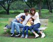 休息日家庭0053,休息日家庭,生活,四口之家 坐在长椅上 亲子时刻