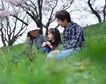 休息日家庭0057,休息日家庭,生活,三口之家 坐在草地上 欢声笑语