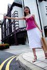 女性购物0019,女性购物,生活,街头 房子 女性 笑容  手袋 女人 购物 败家 消费 时尚 白领 刷卡 SHOPPING 购物袋 逛街 名牌 专卖店 服装