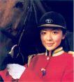 大连女子骑警队-003,城市旅游,中国品牌年鉴2004,骏马 美女 红色衣服 白手套