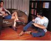 服装美容0024,服装美容,商业型录设计,地板 沙发 写生 翘腿的女人 书架