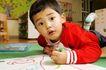 学前教育0072,学前教育,亲子教育,趴伏 地面 绘画