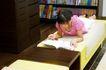 学前教育0074,学前教育,亲子教育,趴床 看书 姿态