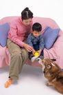 温馨家庭0053,温馨家庭,亲子教育,布沙发 母子俩 宠物狗