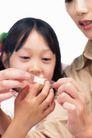 温馨家庭0054,温馨家庭,亲子教育,受伤了 慈爱的母亲 贴创可贴
