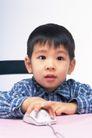 温馨家庭0055,温馨家庭,亲子教育,可爱男童 蓝格衬衣 操作鼠标