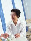 温馨家庭0059,温馨家庭,亲子教育,儒雅老人 白衣裳 喝咖啡