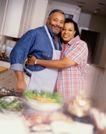 美国家庭0008,美国家庭,亲子教育,老夫妻 拥抱 厨房