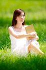 新生活0054,新生活,休闲,本子 坐草丛里 白裙子