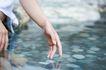 温泉休闲0012,温泉休闲,休闲,手指 接触 溪水