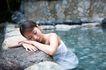 温泉休闲0032,温泉休闲,休闲,趴伏石头