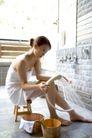 温泉休闲0060,温泉休闲,休闲,喷头 淋水 坐木板凳上