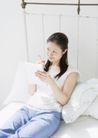 女性轻松淋浴0180,女性轻松淋浴,生活,坐在床上 大枕头 蓝色裤子
