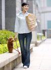 女性宠物0046,女性宠物,生活方式,户外 牵狗 牛仔裤