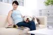 女性宠物0049,女性宠物,生活方式,趴下 妇女 看时装杂志