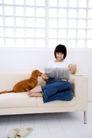 女性宠物0059,女性宠物,生活方式,沙发 狗 看报