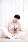 女性宠物0071,女性宠物,生活方式,盘坐 沙发 抱狗