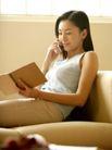 女性居家休闲0016,女性居家休闲,生活方式,接听 电话 翻书