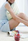 女性健康生活0174,女性健康生活,生活方式,抱枕 坐着 看书