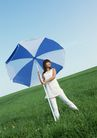 户外休闲0175,户外休闲,生活方式,撑伞 笨重 草地