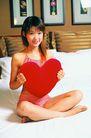 日韩俏佳人0297,日韩俏佳人,生活方式,大红心 装饰画 白色床单
