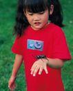 儿童宠物0096,儿童宠物,儿童,女童 小动物 穿着红T恤