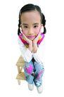 儿童造型特写0091,儿童造型特写,儿童,思考 双手托腮 坐椅凳上