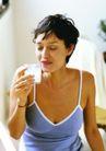 生活百态0024,生活百态,生活百科,喝牛奶 端着杯子