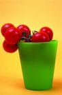 食物背景0020,食物背景,生活百科,绿杯子 一挂红果