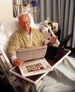 国外医疗0058,国外医疗,医学医药,拿着报纸 黑色笔记本电脑