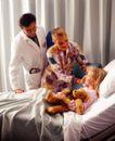 国外医疗0070,国外医疗,医学医药,抱着玩具熊 探视病人的医生