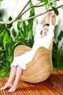 瑜伽美女0095,瑜伽美女,美容,树叶 休闲时光 白衬衣