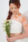 彩色季节0011,彩色季节,底纹背景,手拿花束 花瓣装饰 低头的温柔