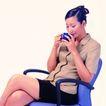 办公女性0081,办公女性,人物,闻一闻 喝咖啡