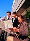 办公女性室外篇0018,办公女性室外篇,人物,一起看报 一群上班族