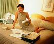 工作狂人0066,工作狂人,人物,坐在床上 批阅文件