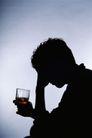 犯罪纪实0010,犯罪纪实,人物,借酒消愁 苦恼的人 端着酒杯