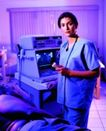 零售治疗0034,零售治疗,医疗,蓝色制服 操作仪器
